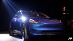 ایلان ماسک در کنار خودروی جدید تسلا، «مدل وای» - ۱۴ مارس ۲۰۱۹