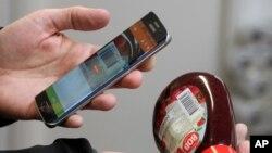 瑞典無人售貨商店的顧客使用移動支付(2016年1月27日)