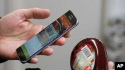 El empresario sueco Robert Ilijason, muestra cómo usar el celular para escanear un producto en su tienda sin empleados.