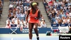 Serena Williams gagal meraih gelar AS Terbuka setelah kalah dalam semifinal dari petenis Italia, Roberta Vinci di New York 11/9 lalu (foto: dok).