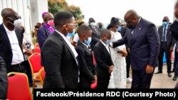 Président Félix Tshisekedi azali kosolola na bana ya nkondo zuzi Raphael Yanyi libanda ya Palais ya Justice, Kinshasa, 20 juillet 2020. (Facebook/Présidence RDC)