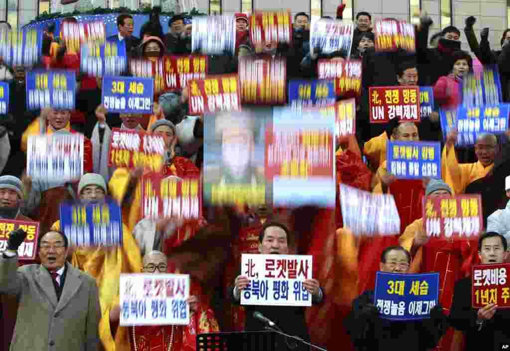 Lãnh đạo các tôn giáo ở Nam Triều Tiên trương biểu ngữ và hô khẩu hiệu trong buổi tụ tập tố giác Bắc Triều Tiên phóng tên lửa. (AP Photo/Ahn Young-joon)