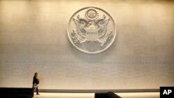영국 런던 주재 미국대사관 로비에 대형 국무부 문장이 새겨져 있다. (자료사진)