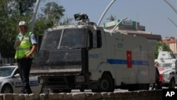 Cảnh sát chống bạo động bên ngoài Công viên Kugulu tại Ankara, Thổ Nhĩ Kỳ, 18/6/2012