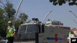 Policija ispred Kugulu Parka u Ankari, 18. juni, 2013.