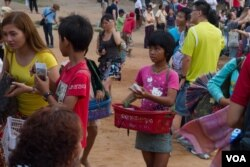 A young female seller approaches visitors to sell souvenirs at the famed Angkor Wat complex in northern Cambodia on Friday, March 20, 2015. (Neou Vannarin/VOA Khmer)