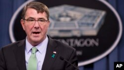 Menteri Pertahanan AS Ashton Carter menerangkan upaya peningkatan pelatihan dan persenjataan bagi pasukan Irak (foto: dok).