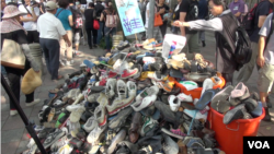 """國父紀念館民眾捐贈破鞋,""""威鞋(脅)馬英九""""。(美國之音黃耀毅拍攝)"""