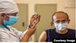 Arhiva - Medicinski radnik priprema se da da vakcinu protiv Kovida 19.