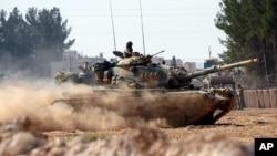 지난달 31일 터키 군 탱크들이 접경마을 카르카미스에서 시리아 내부로 전개하고 있다. (자료사진)