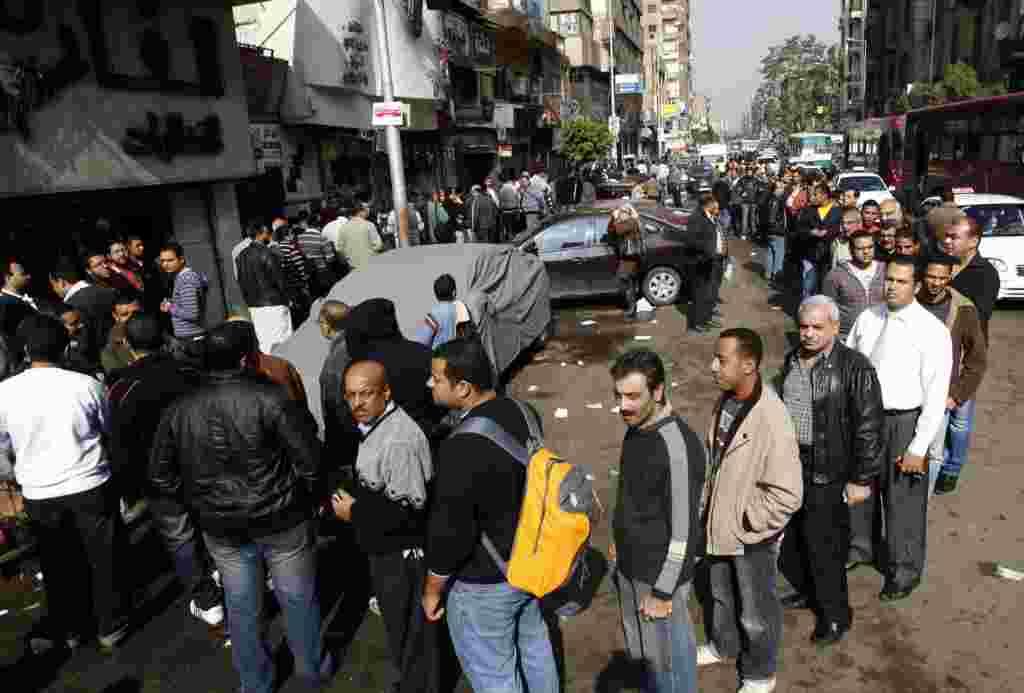Las colas se extendieron por cuadras, frente a los puestos de votación en El Cairo.