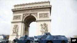 警察的裝甲運兵車於2018年12月8日星期六停在巴黎凱旋門。