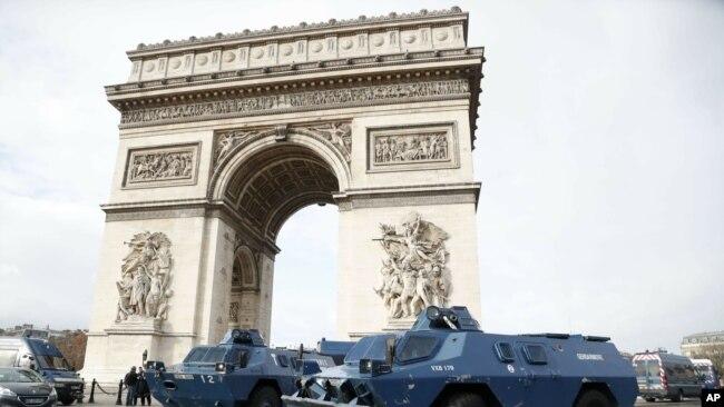 Los transportes blindados de la policía estacionados frente al Arco de Triunfo, el sábado 8 de diciembre, en París. (Foto: AP)