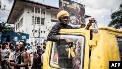 Les partisans de l'Union pour la démocratie et le progrès social - UDPS (République démocratique du Congo) se rassemblent devant le siège du parti alors qu'ils réclamaient la déclaration de leur dirigeant à Kinshasa le 21 décembre 2018