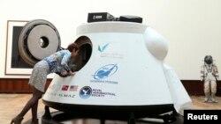 نیلام گھر کی ایک اہلکار خلائی گاڑی کا جائزہ لے رہی ہے
