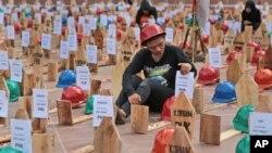 Aktivis Solidaritas Pekerja Tambang Nasional dalam sebuah demo menentang rencana pemerintah untuk melarang ekspor barang mineral.