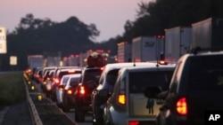 초강력 허리케인이 플로리다 주로 북상 중인 가운데 줄지어 대피하고 있는 차량 행렬