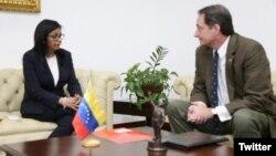 """La canciller venezolana, Delcy Rodríguez, entrega dos Notas de Protesta al encargado de Negocios de EE.UU. en Venezuela Lee McClenny. Rechazó las acusaciones contra el vicepresidente Tareck El Aissami y dijo que la sanción """"ataca al vicepresidente y ataca al presidente Nicolás Maduro""""."""