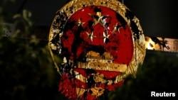 2019年7月21日香港反送中示威者游行前往北京中央政府驻港机构中联办抗议后中国国徽遭破坏。