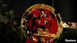 2019年7月21日香港反送中示威者遊行前往北京中央政府駐港機構中聯辦抗議後中國國徽遭破壞。