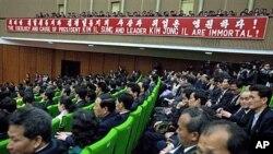 Civîna li ser salvegera 100'an ya dayîkbûna damezrenerê Koreya Bakur Kim Il Sung Sunday. Nîsan, 15, 2012. (AP Photo/David Guttenfelder)