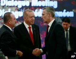 Turski predjsednik Recep Tayyip Erdogan (centar) i ministar inostranih poslova Turske Mevlut Čavušoglu (lijevo) razgovaraju sa generalnim sekretarom NATO Jensom Stoltenbergom tokom NATO-ovog mediteranskog idjaloga, u Ankari, Turska, 6. maja 2019.