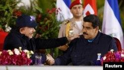 El presidente Nicolás Maduro (derecha), fue recibido por su homólogo en Nicaragua, este viernes, durante una visita oficial para tratar temas comerciales y culturales.