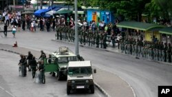 Thai soldiers secure the bus stop area to prevent the anti-coup demonstration at Victory Monument in Bangkok, May 29, 2014.
