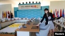 工作人员正在会议室做准备工作,美国担任东道国的东盟峰会在这里举行(2016年2月15日)