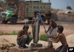 Trẻ em Pakistan làm việc cùng với gia đình tại một nhà máy gạch gần Rawalpindi.