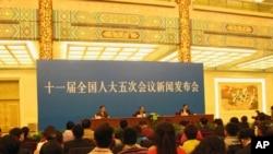 中国全国人大发言人李肇星在北京举行新闻发布会