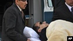 حسنی مبارک خوابیده بر تخت در جلسات دادگاه حاضر شد.