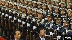 PM Jepang Yoshihiko Noda (kanan) dan Pemimpin Tiongkok Wen Jiabao melewati barisan pasukan kehormatan setibanya di Beijing (25/11).