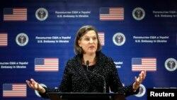 Asisten Menlu AS Victoria Nuland dalam jumpa pers di Kedutaan Besar AS di Kiev, 7/2/2014. Percakapan teleponnya mengenai politik di Ukraina disadap dan tersebar di internet.