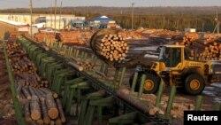 一名俄羅斯工人在西伯利亞的克拉斯諾亞爾斯克地區一個木材加工廠裡工作。(資料圖片)