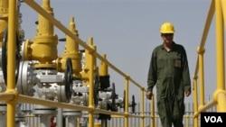 Seorang teknisi minyak Iran memeriksa fasilitas di ladang minyak Iran di Azadegan.