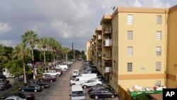 El edificio de apartamentos donde se produjo el trágico ataque donde murieron seis hispanos más el atacante.