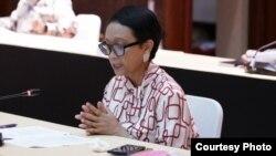 Menteri Luar Negeri Retno Marsudi dalam jumpa pers secara virtual di kantornya di Jakarta, Rabu (29/4) (foto: Kemlu RI).