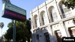 15일 미국 캘리포니아 주 로스앤젤레스 시 해밀턴고등학교 앞에 '학교 휴무'라는 사인이 걸려있다.