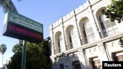 """洛杉磯漢密爾頓高中的公告牌顯示""""學校停課"""""""