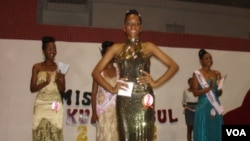 Tércia Camilo, ao centro, com vestido dourado.