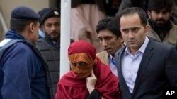 سابق جج خرم علی خان کی اہلیہ ماہین ظفر عدالت سے باہر آ رہی ہیں۔ فائل فوٹو