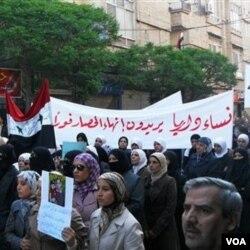 Perempuan Suriah di kota Daraa melakukan unjuk rasa dengan membawa spanduk 'para perempuan Daraa menuntut dihentikannya kekerasan' (25/4)