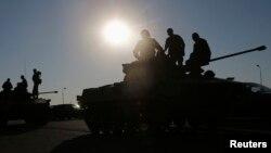 Soldados rusos aguardan órdenes sobre sus tanques en Kamensk-Shakhtinsky, Rostov cerca de la frontera con Ucrania.