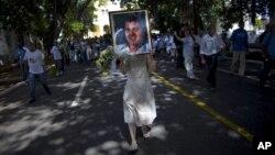 El cuerpo de Oswaldo Payá fue sepultado en La Habana este martes en medio de críticas por la detención de varias personas.