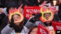 បាតុករកូរ៉េខាងត្បូងបានស្រែកនៅពាក្យស្លោកជាច្រើនអំឡុងការប្រមូលផ្តុំទាមទារឲ្យប្រធានាធិបតីកូរ៉េខាងត្បូង Park Geun-hye ចុះចេញពីតំណែងកាលពីថ្ងៃទី ២៦ វិច្ឆិកា ២០១៦ ប្រទេសកូរ៉េខាងត្បូង។