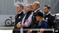 Javier Duarte, el exgobernador del estado mexicano de Veracruz es escoltado por la policía en la Base de la Fuerza Aérea en Ciudad de Guatemala, al avión que lo llevaría extraditado a su país para enfrentar cargos de lavado de dinero y delincuencia organizada. Julio 17, 2017.