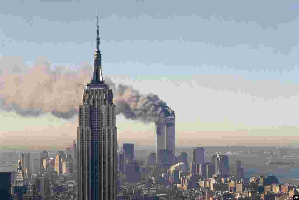 آتش سوزی برج های دوگانۀ مرکز تجارت جهانی در نیویارک بعد از برخورد طیاره درحمله یازدهم سپتمبر سال ۲۰۰۱