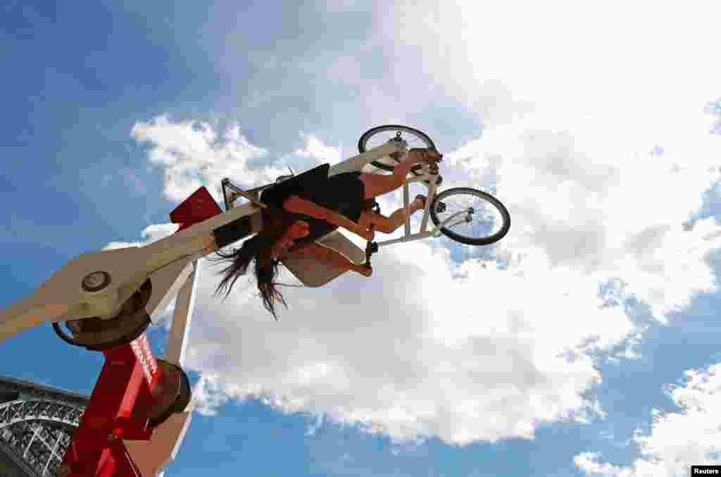មនុស្សម្នាក់ចូលរួមនៅក្នុងកម្មវិធី ជិះកង់លើអាកាស ឬ Space Bikes មួយថ្ងៃមុនទិវាជិះកង់ពិភពលោក នៅក្នុងក្រុងប្រ៊ុចសែល ប្រទេសប៊ែលហ្ស៊ិក។