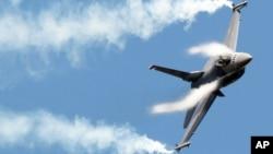 Pesawat jet tempur F16 ikut memeriahkan pameran kedirgantaraan Perancis di bandara Le Bourget dekat Paris (Foto: dok). Satu pesawat jet tempur F16 milik AS jatuh di lepas pantai Jepang sesaat setelah lepas landas, Minggu (22/7).